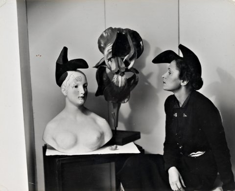 Elsa Schiaparelli con el sombrero zapato