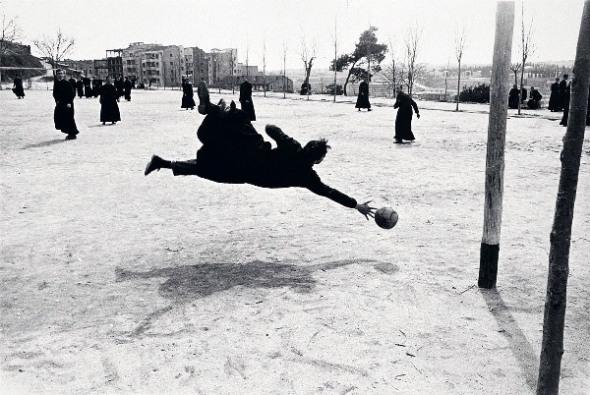 Curas jugando al fútbol. Ramón Massats