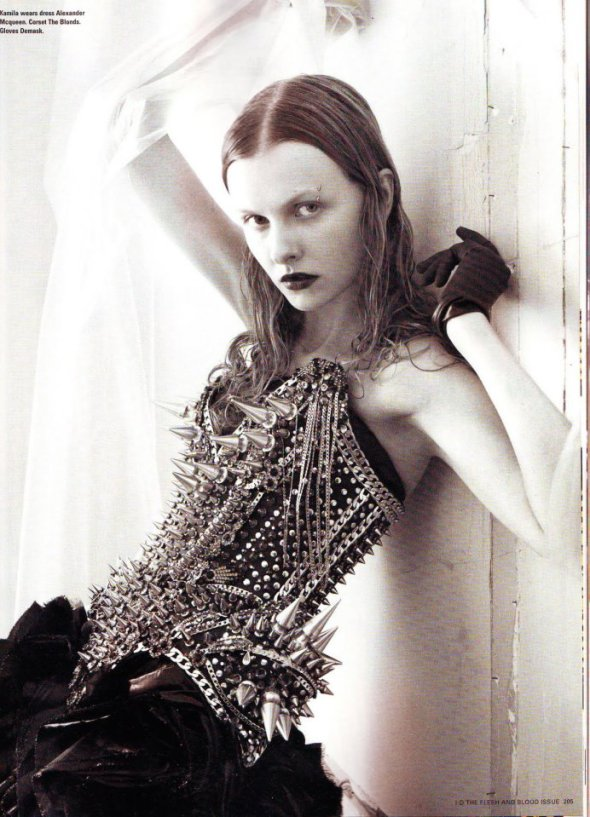 Editorial de la revista iD. Vestido de Mcqueen y Corsé de Blonds
