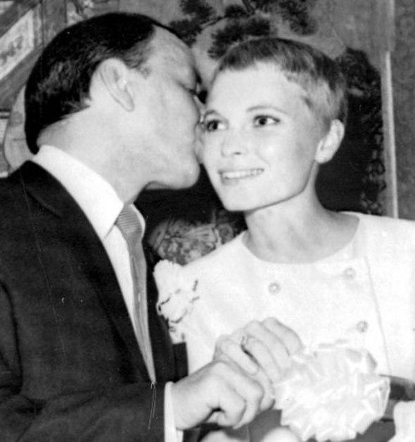 Frank Sinatra y Mia Farrow el día de su boda
