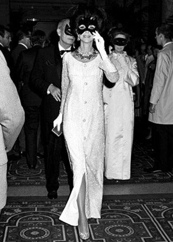 Gloria Guinnes llegando a la fiesta